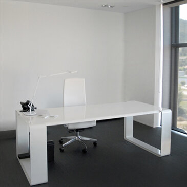 White E Duna Desk in a room with a white chair