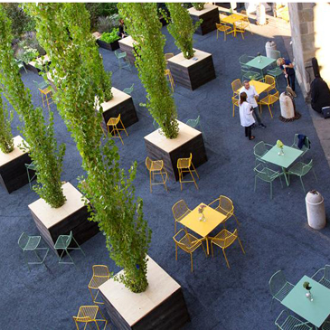Nolita, the outdoor seating range designed by Mario Pedrali, consists of garden seating made entirely from steel. Seat cushions are available.