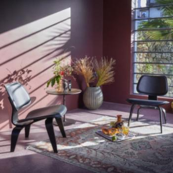 Vitra Plywood Group LCW in black in pink room