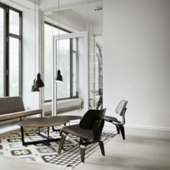 Vitra Plywood Group LCW in black in lounge setting